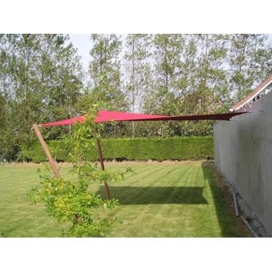 Voile d'ombrage tendue entre mur et poteaux